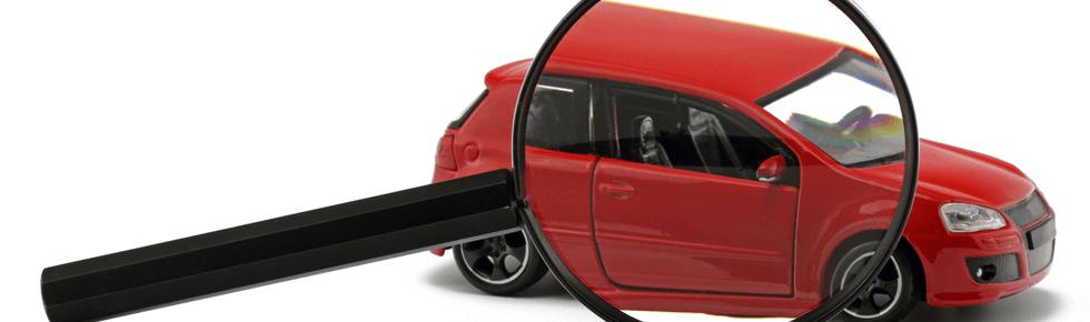 Spielzeugauto unter Lupe